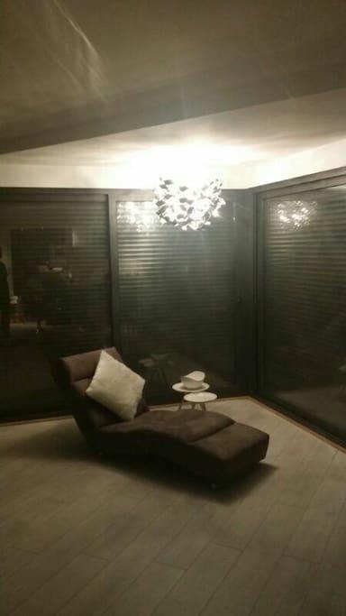 Grand salon de 38 mètre carré avec de très grandes baies vitrées