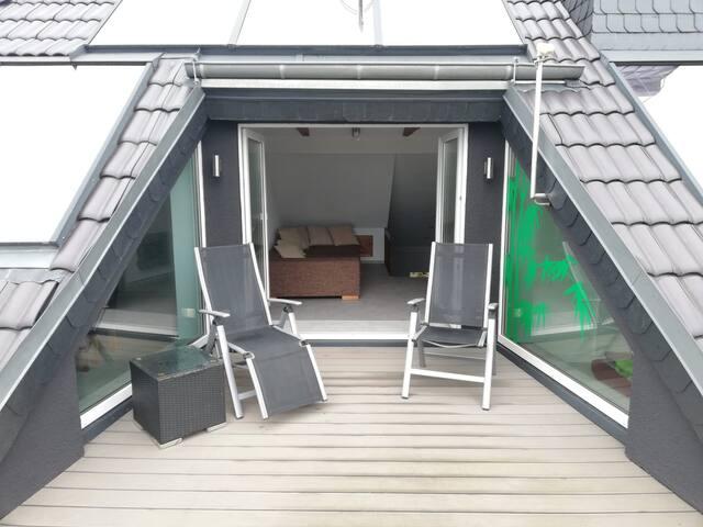 Moderne DG-Wohnung mit großer Loggia - 5 Personen