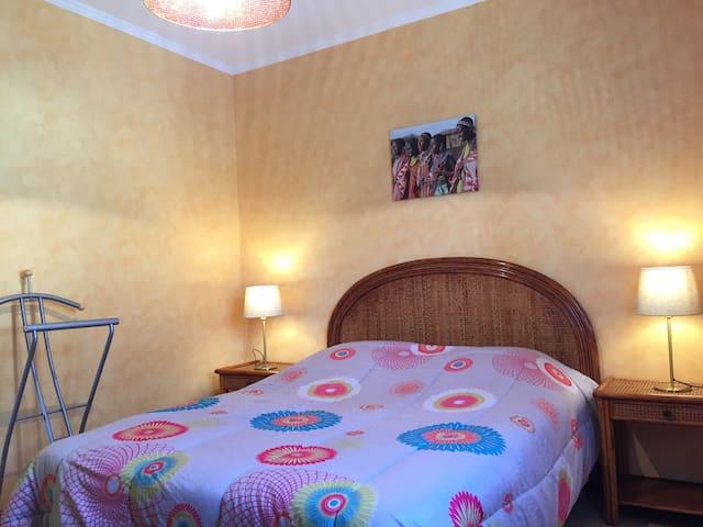Chambre Le Tilleul 12m2 literie 140  avec grands placards coulissant et penderie