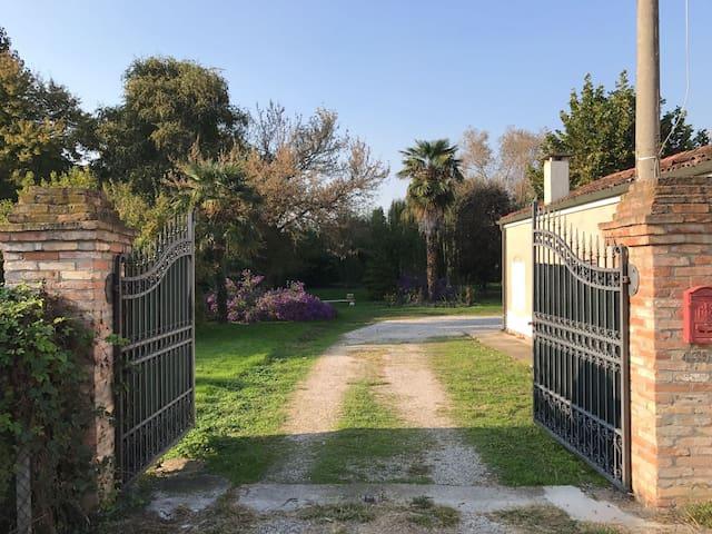L'ingresso alla casa