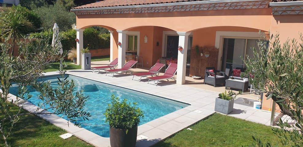 Villa contemporaine, piscine privé  jardin arboré.