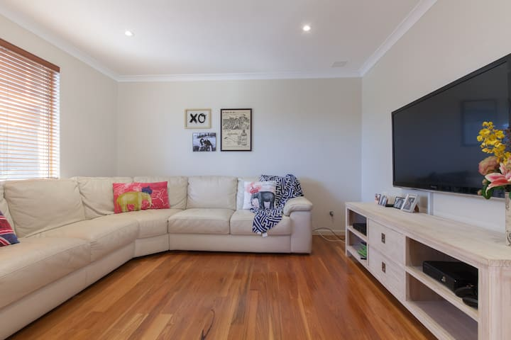 Modern home near Fremantle / beach - Spearwood - House