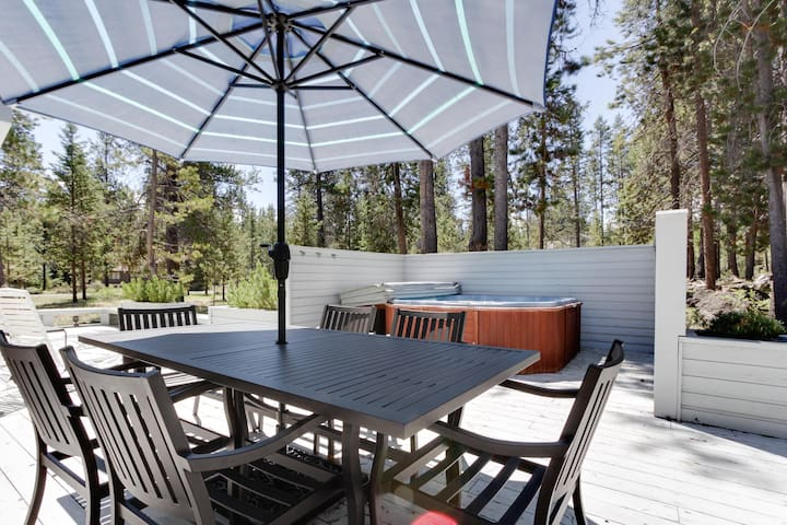 Family-friendly house w/ private hot tub, large deck, and 8 SHARC passes!