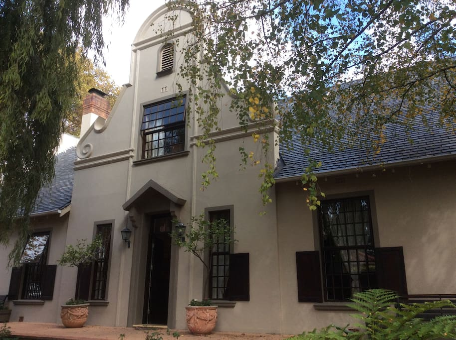 Authentic Cape Dutch Villa with 24/7 security in best area - where two of SA presidents lived, i.e Mandela and Mbeki