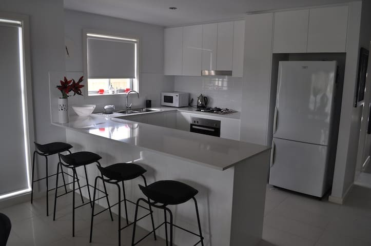 NEW HOUSE BACKING ONTO PARKLANDS - Cranebrook - Řadový dům