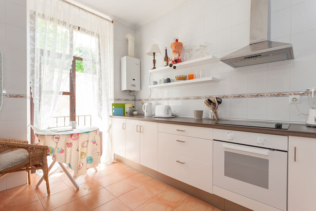 Spacious kitchen, perfect for a morning coffee / Amplia cocina, ideal para tomar un café por la mañana.