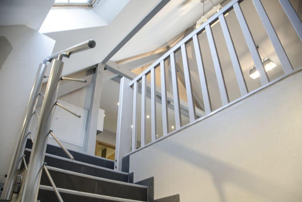 une montée d'escalier large et facile