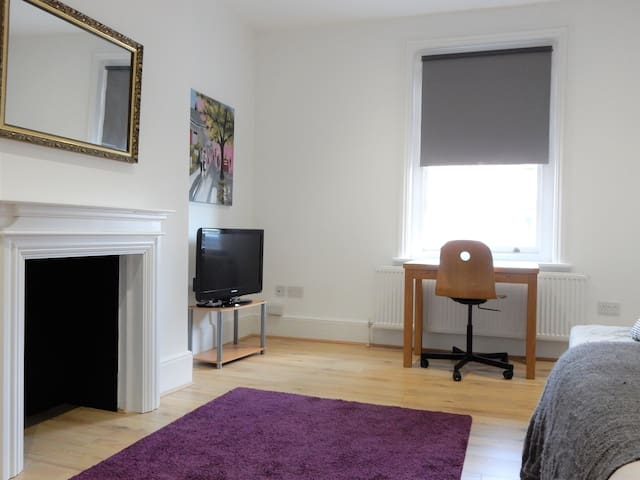 Large Dble Rm in Lovely Flat by Chatham Dockyard-3