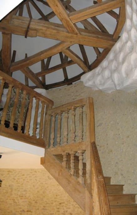 L'escalier, plusieurs fois centenaire, desserre les 2 chambres