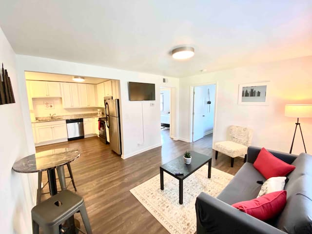 DOWNTOWN! MUSIC CITY VIBE! SLEEPS 6! FREE PARKING!