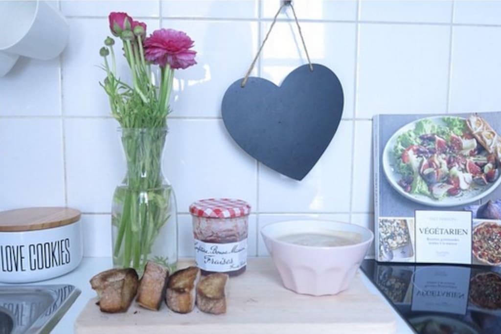 Ma cuisine avec tous les équipements pour des petits déjeuners agréables! manque plus que les croissants!