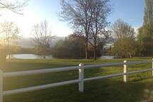 Parc et étang privé de l'île royale devant la maison