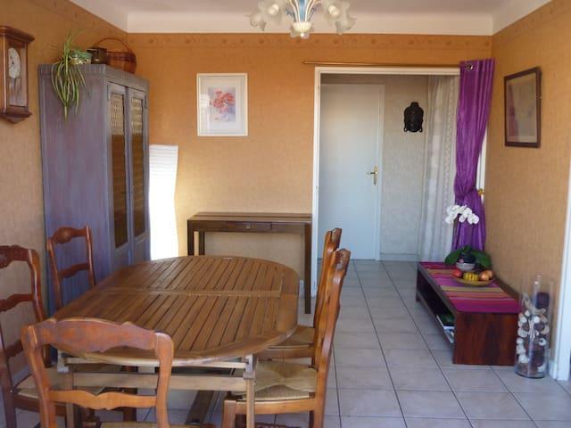 Chambre privée dans appartement calme et clair.