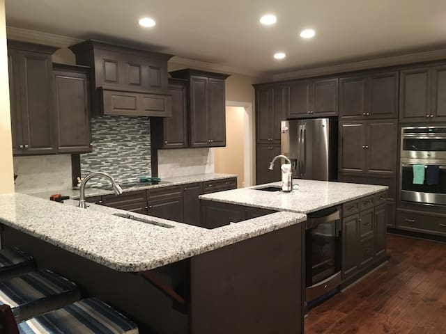 New Large custom home -Perfect for Families/Groups