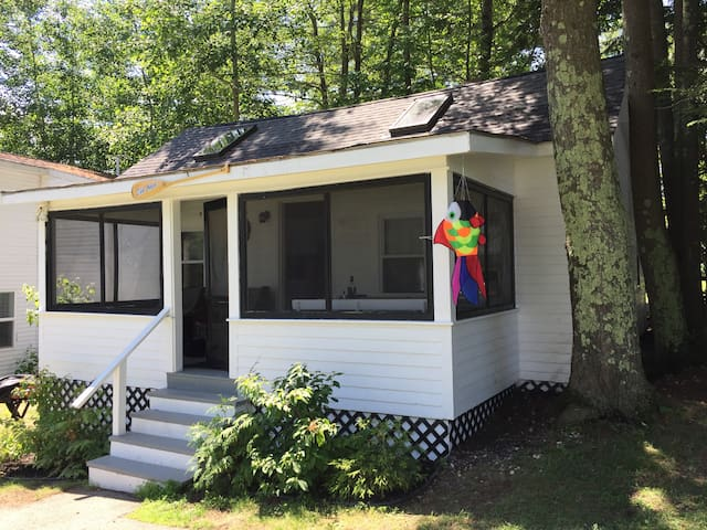 A Sweet Cottage on the shores of Sebago Lake