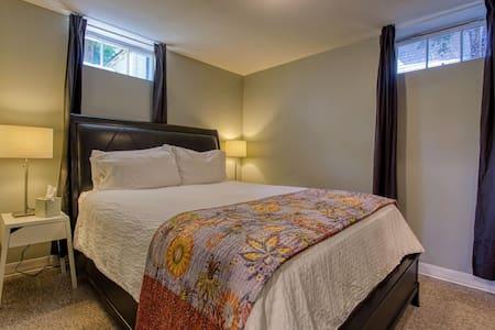 Comfortable apartment near downtown/University