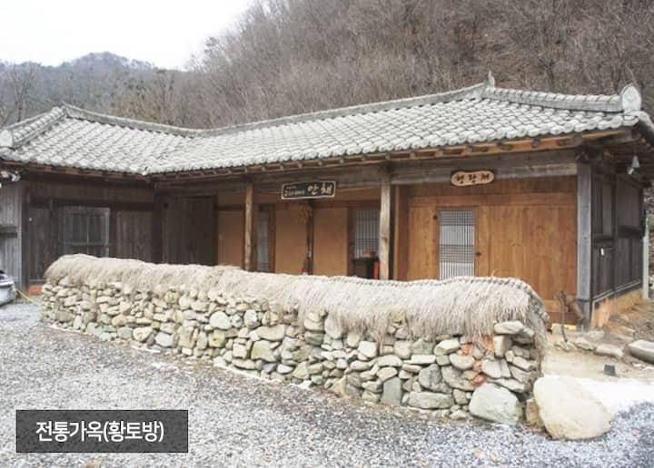 전통가옥 (보일러식) 원룸 혼자(또는 두 분)오는 분들께 적합한 작은 숙소