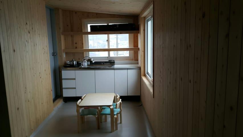 바닷가 편백나무 옥탑방
