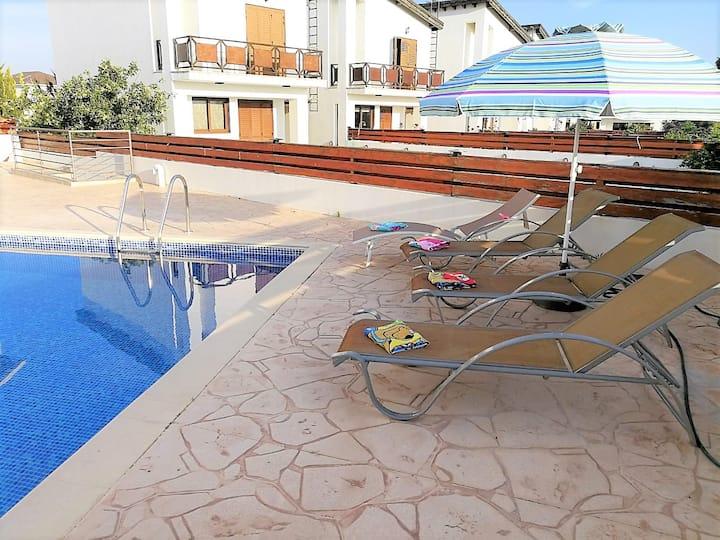 3-BDR villa / pool / walking distance to the beach