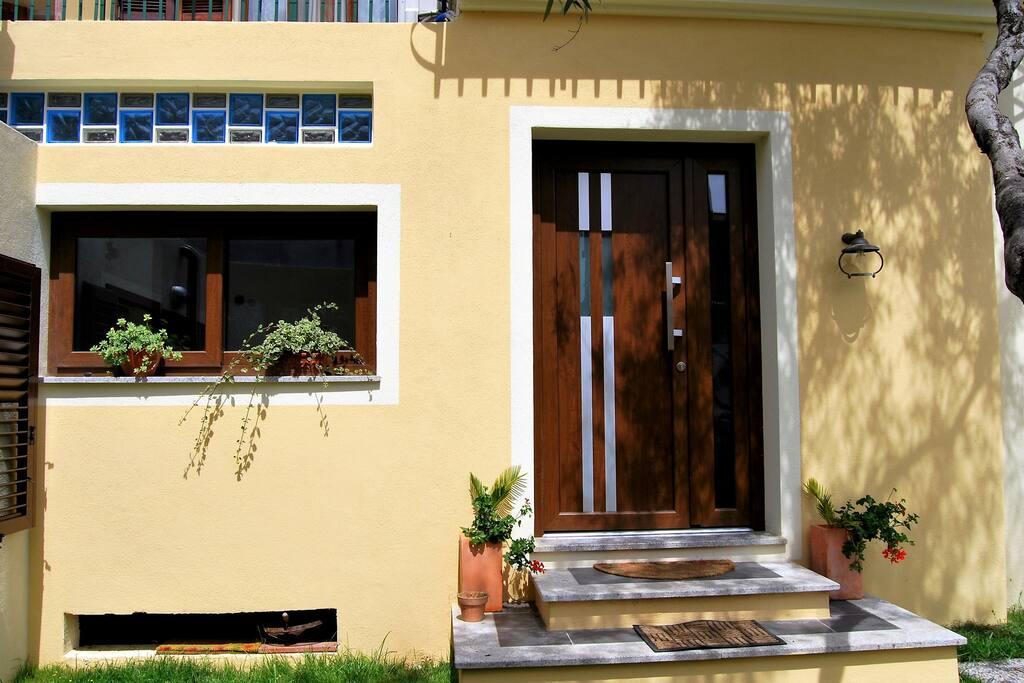 ingresso dal cortile interno