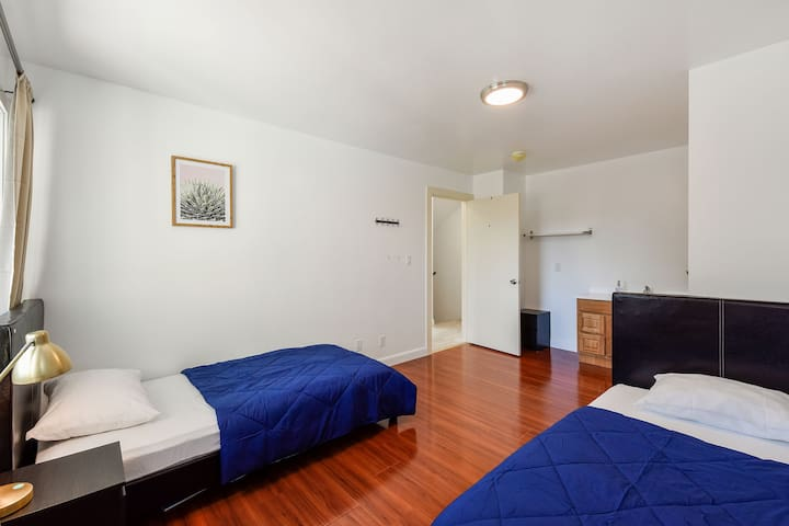Room for 2 ppl/twin beds/near Bart station
