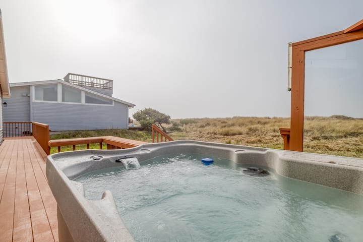 Windsong Hideaway Modern Oceanfront Home w/ Hot Tub in Bayshore Community