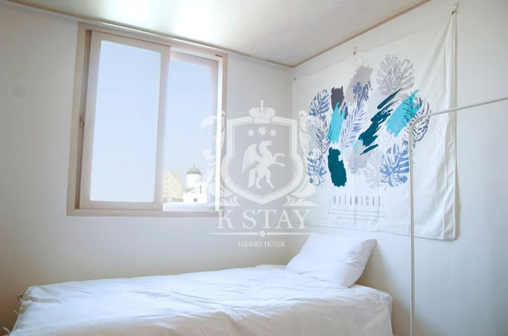 It's a nice Cheongdam-dong bedroom.