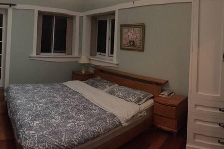 独立客房,带卫生间。king size bed。可另加单人床垫 - Lindfield - 단독주택