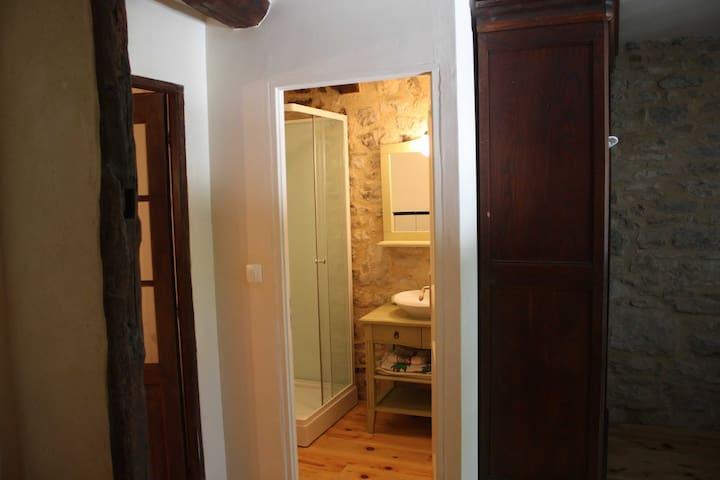 la salle de bain de la chambre twin
