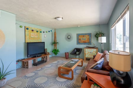 Bright & Sunny Home Near Zion & Sanitized Clean!