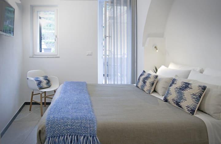 Brand new room on historic street of Manarola! (1)