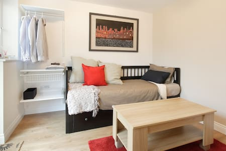 Welcome to Milton Keynes! we offer a nice, clean and comfy room with everything you need to make your stay great. TV, small fridge, kettle, microwave. Tea, coffee, milk, cookies, cereal, fruit, juice, etc. for breakfast