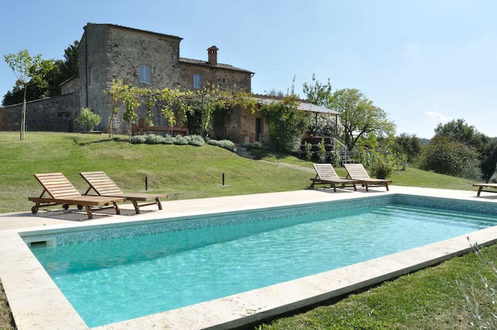 Stunning Tuscany 5 bedroom villa with pool, WIFI, BBQ