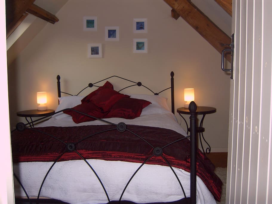 The cosy bedroom with a Kingsize bed.