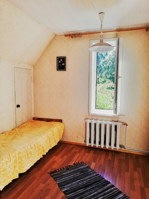 Mellow bed in a cozy area. 10 min from center.