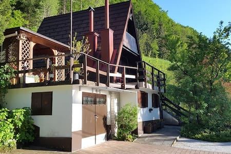 Lovely cottage in a green valley - Polhov Gradec - キャビン