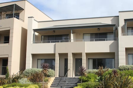 4.5 star Pier number 10 apartment - Kingscote