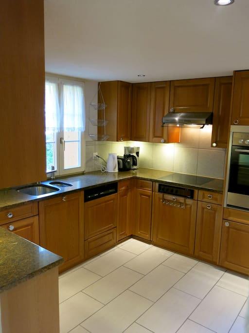 Küche mit Geschirrspüler und Kühlschrank