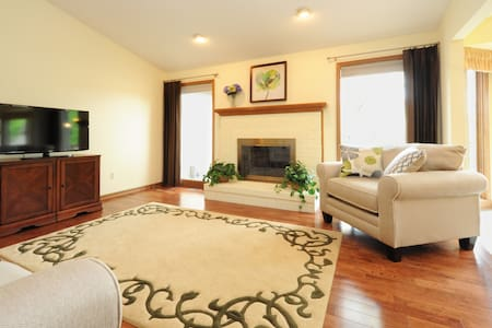 Gracious Fully Furnished Home 2/2.5 - Charter Township of Clinton - 一軒家