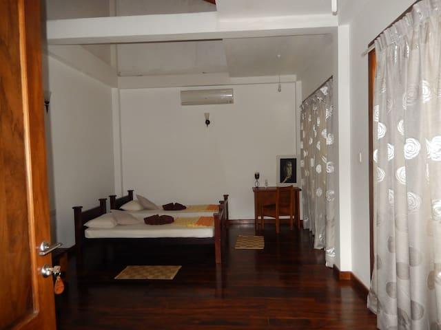 Birds Paradise Hotel Deluxe Triple Room  (AC) - Kalawana - Casa