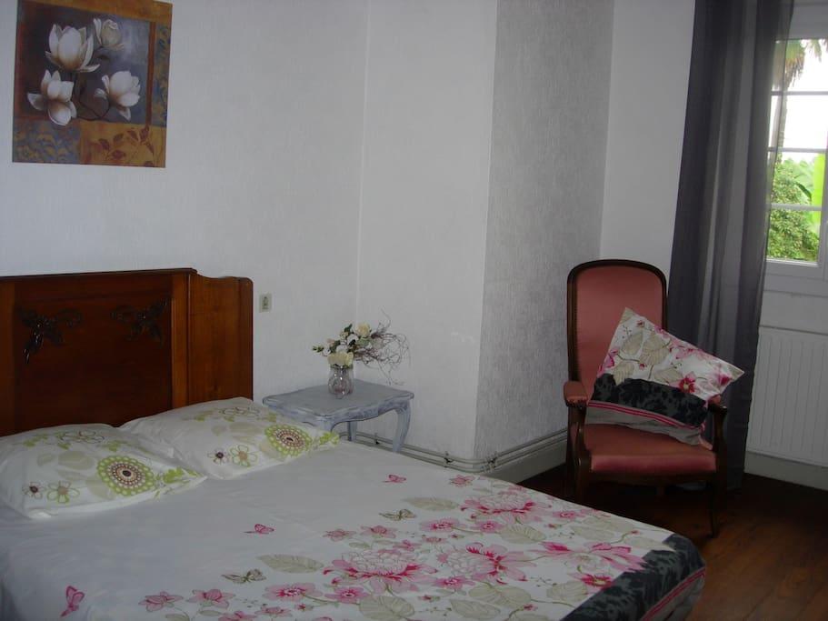 Une des chambres du 1er étage, les autres sont deux chambres avec des lits jumeaux.