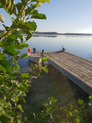 Den lilla bryggan med roddbåt