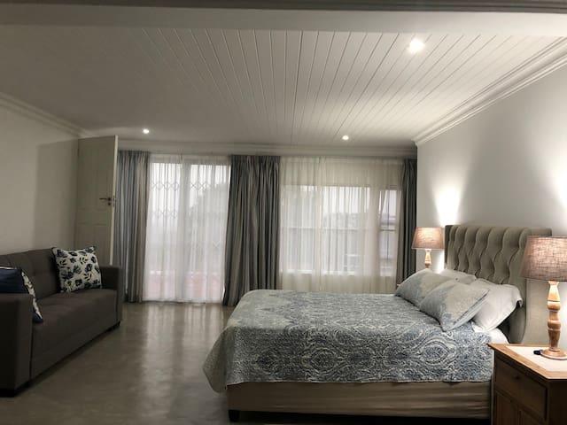 Bedroom - queen bed with En suite bathroom