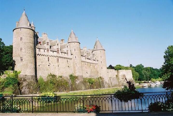 Maison conviviale juste en face du château