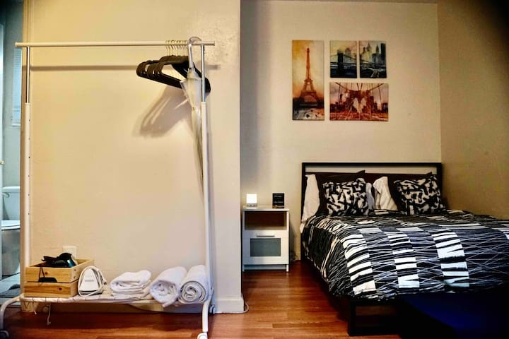 Cozy studio, heart of vibrant midtown Sacramento!
