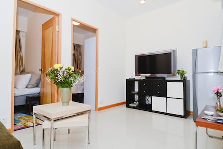 Located right in the heart of Central, this 2 bed room apartment with nice furnishings is the perfect drop spot for a visit to Hong Kong.  Restaurants,shops,antiques,etc.  From traditional to ultra modern part of Hong Kong, everything is within reach
