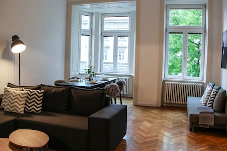 LARGE, STYLISH APARTMENT IN PERFECT LOCATION
