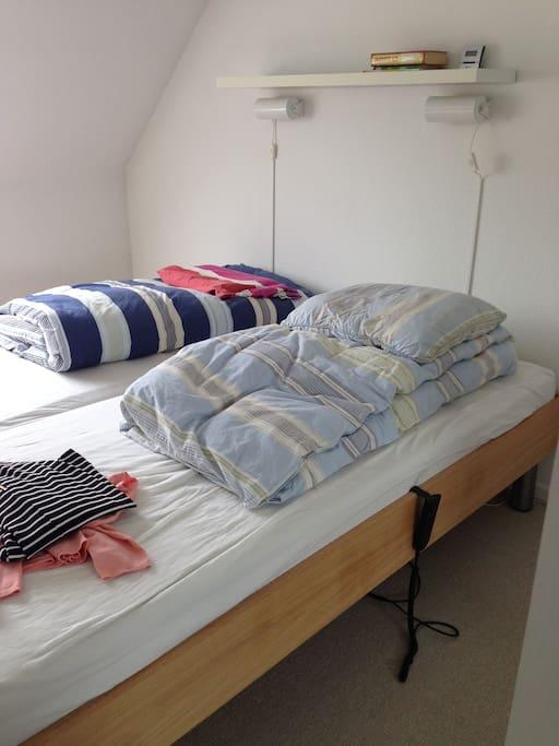 soveværelse m. elevationssenge og tv