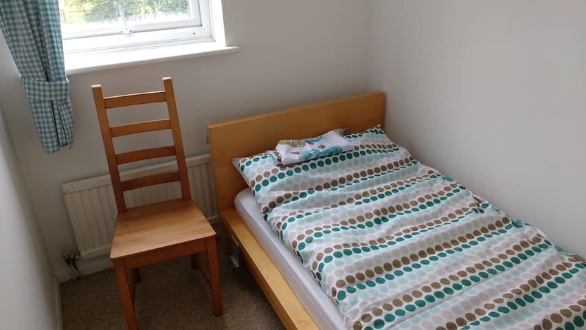 Bedroom 4 : Small single room in Aylesbury - Aylesbury - Talo