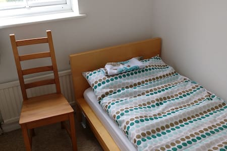 Bedroom 4 : Small single room in Aylesbury - Aylesbury - Casa